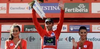 Alejandro Valverde se převléká do červeného dresu v 6. etapě Vuelta 2014