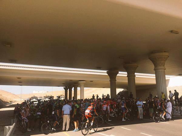 Tour of Oman (Kolem Ománu) - závodníci pod mostem