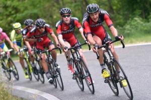 BMC na čele pelotonu Giro dItalia 2015