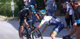 Simon Clarke dává Richie Portovi své kolo
