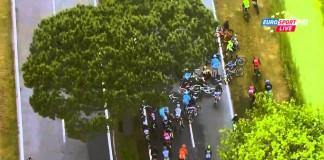 Hromadný pád ve 13. etapě Giro 2015