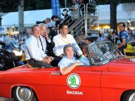 Legendy Tour de France, Merckx sedí na místě spolujezdce, za ním se vezou Hinault, LaMond a Indurain, to vše ve voze Škoda