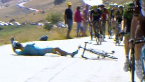 Smolný okamžik se setkal s Jakobem Fuglsangem, když přepouštěl pozici na čele závodu. Srazila jej kolem projíždějící motorka.