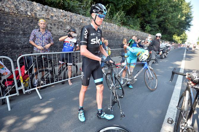 Chris Froome čeká na náhradní kolo