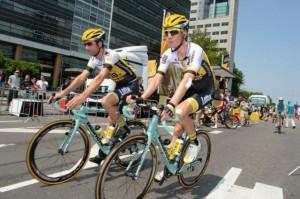 Jeden z jezdců LottoNL-Jumbo a Wilco Kelderman na startu dnešní etapy