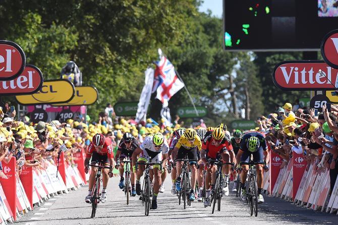 Valverde přivádí hlavní pole do cíle