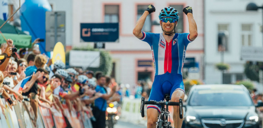 Leopold König zvedá ruce nad hlavu, po vítězném sólu ve třetí etapě Czech Cycling Tour