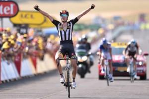Stephen Cummings vítězí ve čtrnácté etapě Tour de France.