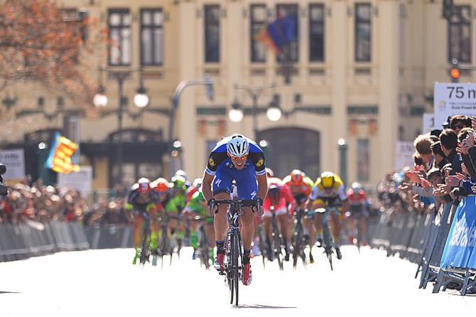 Stijn Vandenbergh šprintuje po víťazstvo.