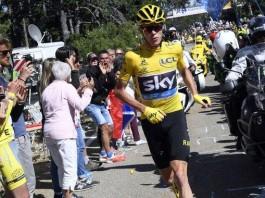 Chris Froome běží bez kola ve 12. etapě Tour de France 2016