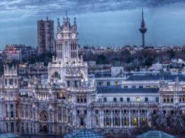 Madridská radnice na Plaza de Cibeles - dojezd 21. etapy Vuelty 2017