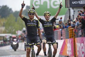 Chaves a Yates (oba Mitchelton-Scott)- vítězové 6. etapy Giro d'Italia 2018