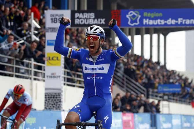 Philippe Gilbert vyhrává před Nilsem Polittem Paříž - Roubaix 2019