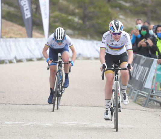 Anna van der Breggen odjíždí Annemiek van Vleuten na posledních metrech závěrečné etapy Vuelty a Burgos Féminas 2021