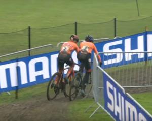 Vteřina před katastrofou – Annemarie Worst vs Lucinda Brand na cyklokrosovém mistrovství světa 2021 v Ostende