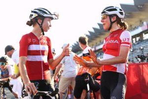 Cecilie Uttrup Ludwig blahopřeje Anně Kiesenhofer k výhře v olympijském silničním závodě