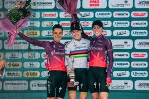 Pódium Giro Rosa 2021 s 1. Annou van der Breggen, 2. Ashleigh Moolman a 3. Demi Vollering