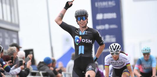 Lorena Wiebes se v cíli 5. etapy Women's Tour 2021 raduje ze své druhé výhry